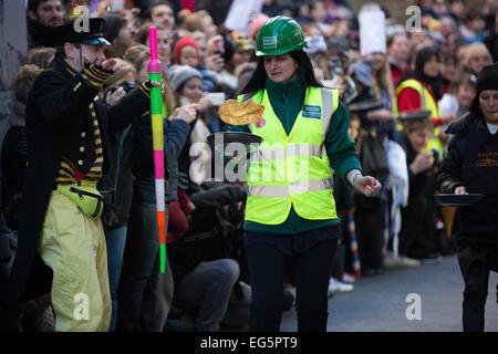 Die große Spitalfields Pancake Race 2015. Die jährliche Veranstaltung findet am Faschingsdienstag Geldbeschaffung - Stockfoto