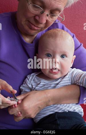 Denver, Colorado - sieben Monate alten Adam Hjermstad Jr. Schreie als seine Großmutter, Susan Newell, schneidet - Stockfoto