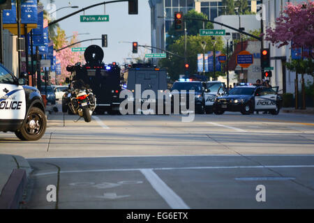 Burbank, Kalifornien, USA. 17. Februar 2015. Polizei in Konfrontation mit verbarrikadierten Verdächtigen. Ein Täter, - Stockfoto