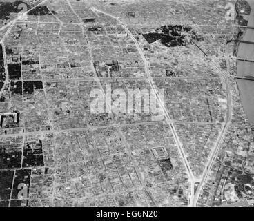 Luftaufnahme von Bombenschäden in Tokio, Japan, während des 2. Weltkrieges. 1945 (BSLOC_2014_10_121) - Stockfoto
