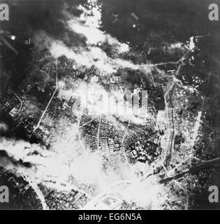 Luftaufnahme von Tokio brennen nach brandstiftende Bombardierung durch b-29 s, in der Nacht des 26. Mai 1945. Dem - Stockfoto