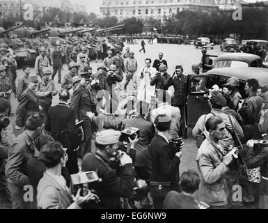 General Eisenhower in Paris Hotel de Ville (Rathaus) nach der Befreiung von Paris. Umringt von Fotografen und - Stockfoto