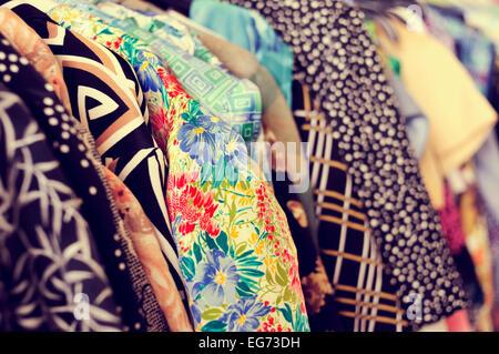 einige verwendet Klamotten auf einem Gestell in einem Flohmarkt - Stockfoto