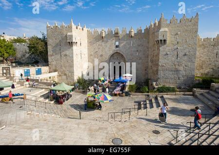 JERUSALEM, ISRAEL - 8. Oktober 2014: steht mit waren am Eingang des Damaskustor in Jerusalem - Stockfoto