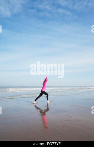 Belgien, Flandern, Frau Yoga Übung am Strand - Stockfoto