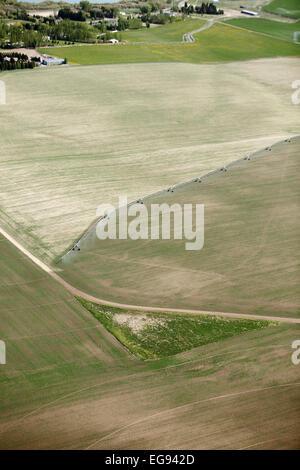 Eine Luftaufnahme von Ackerland mit ein Center Pivot-Bewässerungssystem bewässert - Stockfoto