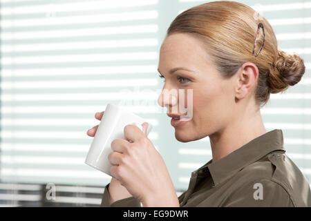 Business-Frau Kaffee trinken - Stockfoto