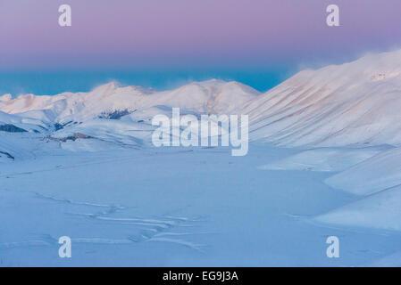 Piano Grande Castelluccio di Norcia bei Sonnenuntergang im Winter, Nationalpark Monti Sibillini Berge, Umbrien, - Stockfoto