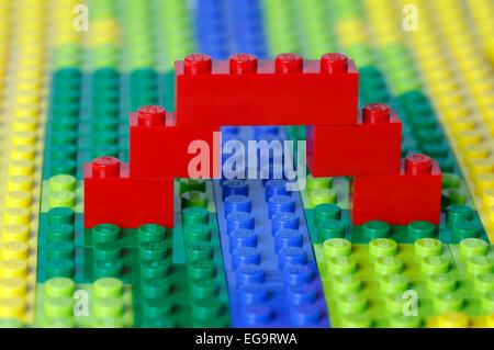 Eine rote Brücke über einem blauen Strom in einem grünen und gelben offene Landschaft Modell alle von ineinander - Stockfoto