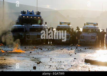 Polizisten kommen unter Beschuss von Molotowcocktails geworfen von Randalierern - Stockfoto