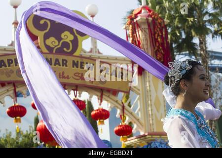 Los Angeles, Kalifornien, USA. 21. Februar 2015. Eine Tänzerin führt im Paradies-Garten in Disney California Adventure - Stockfoto