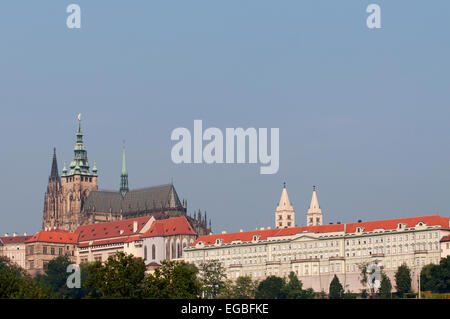 Prager Burg und St. Vitus Cathedral sitzen oben auf den Stadtteil Mala Strana. - Stockfoto