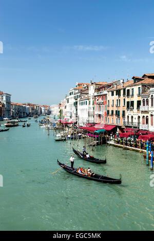 Gondel und Boote am Canal Grande, Venedig, Italien - Stockfoto