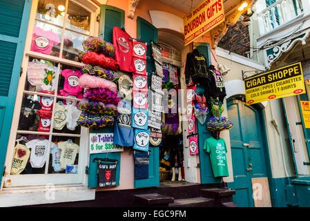 Geschenk-Shop an der Bourbon Street, New Orleans. Berühmte Bourbon Street ist ein Zentrum des Nachtlebens in New - Stockfoto