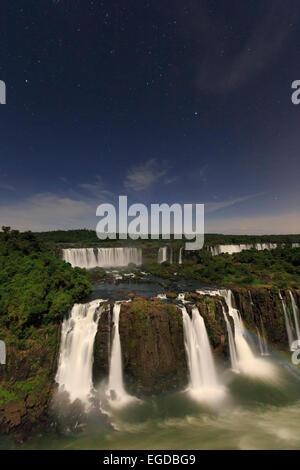 Brasilien, Parana, Iguassu Falls National Park (Cataratas Do Iguaçu) (der UNESCO) beleuchtet nur durch Monlight - Stockfoto