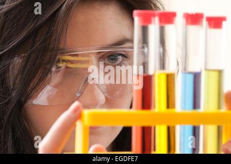 Teenager Schulmädchen in Chemie Lektion - Stockfoto