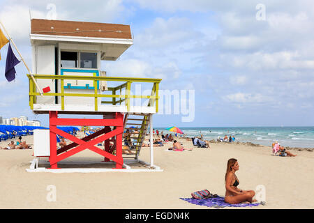 Miami South Beach, Ocean View, mit dem Pazifischen Ozean und hölzernen Rettungsschwimmer Unterschlupf, Miami, Florida, - Stockfoto