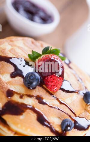 Leckere süße Pfannkuchen Amerikaner auf einem Teller mit frischen Früchten - Stockfoto
