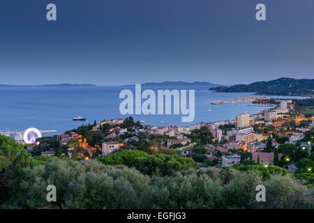 Blick auf Le Lavandou und Bormes Les Mimosas mit Inseln von Hyeres in der Ferne, Var, PACA (Provence-Alpes-Cote - Stockfoto