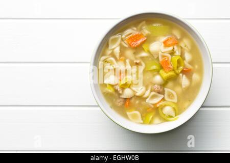 Draufsicht der Gemüsesuppe mit Nudeln in Schüssel - Stockfoto