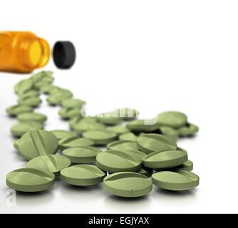 Viele Tabletten von Nahrungsergänzungsmitteln mit Flasche im Hintergrund über weiße, Symbol der Vitamin-Kur. - Stockfoto