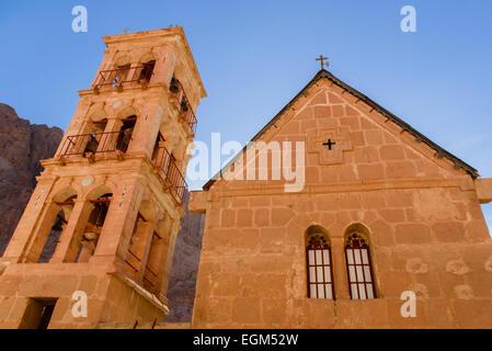 Kirche und der Glockenturm Turm im Katharinenkloster, Sinai, Ägypten. - Stockfoto