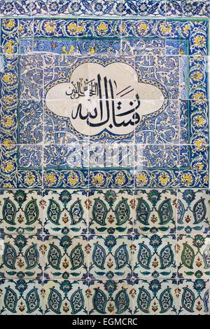 Kunstvolle Fliesen schmücken die Wände der Harem Moschee am Topkapi-Palast. Der Harem-Moschee (Harem Mescidi) der - Stockfoto