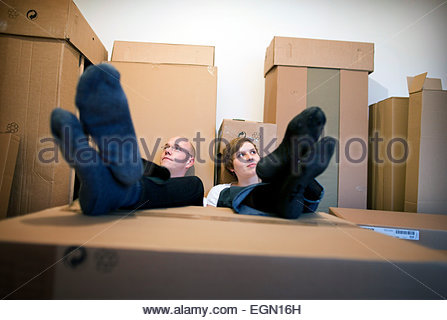 Junges Paar, ausruhen und träumen im neuen Haus, Berlin, Deutschland - Stockfoto