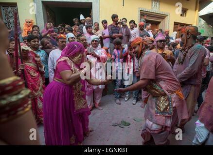 Mathura. 27. Februar 2015. Indische Leute tanzen während der Lathmar Holi-Fest in der Radha Rani-Tempel in Barsana - Stockfoto