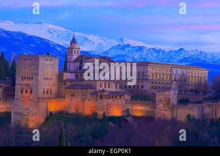 Alhambra, UNESCO-Weltkulturerbe, Sierra Nevada und die Alhambra bei Dämmerung, Granada, Andalusien, Spanien - Stockfoto