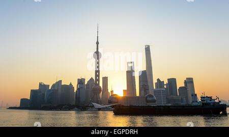 (Datei) - eine Archiv Bild vom 11. November 2014 zeigt die Skyline von Shanghai, China. Foto: Ole Spata/dpa - Stockfoto