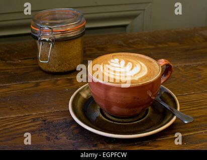 Flache weiße Kaffeetasse in London