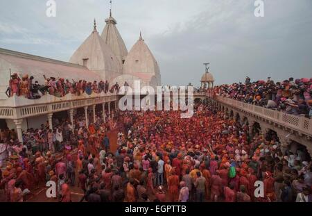 Mathura, Indien. 28. Februar 2015. Inder spielen mit Farben, feiern die Lathmar Holi-Fest in der Nähe der Krishna - Stockfoto