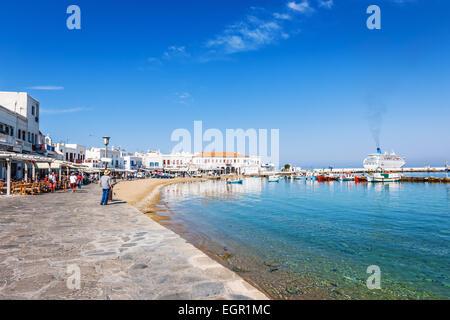 Der Gehweg am Meer bei Port Hora auf der griechischen Insel Mykonos, Griechenland, Europa - Stockfoto