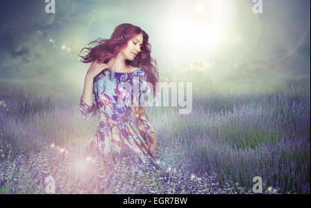 Fantasie. Frau in rätselhafte Wiese über bewölktem Himmel Stockfoto