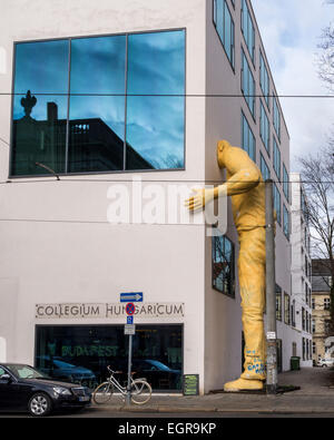 Collegium Hungaricum Berlin außen, riesige Skulptur des gelben Mannes durch Robert Gragger, Balassi Institut Berlin - Stockfoto
