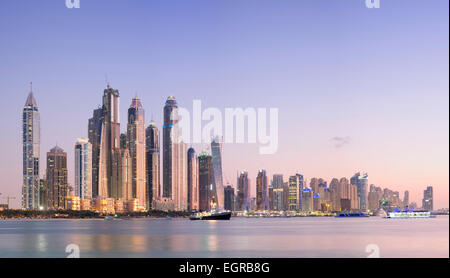 Skyline von Wolkenkratzern in der Abenddämmerung im Marina District in Dubai Vereinigte Arabische Emirate - Stockfoto