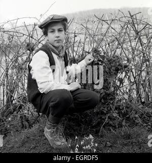 Portrait von Jungen für St. David's Day Feiern im Dorf Schule posieren für Fotos im ländlichen Wales UK KATHY DEWITT - Stockfoto