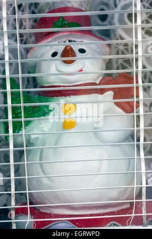 Schneemann-Figur in das Fenster des Hauses - Stockfoto