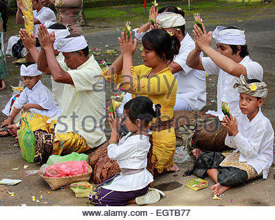 Indonesien, Bali, Mas, Tempelfest, Menschen beten, Odalan, Kuningan Urlaub, - Stockfoto