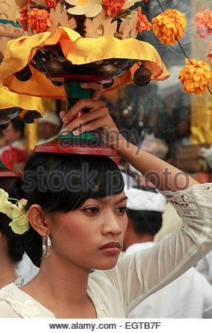 Indonesien, Bali, Mas, Tempelfest, Frau, die Angebote, Odalan, Kuningan Urlaub, - Stockfoto