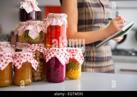Obst und gem se in gl sern auf einem holzstuhl stockfoto bild 92672233 alamy - Marmelade einkochen glaser ...