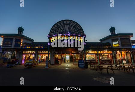 Beleuchtete Nordpier in der Abenddämmerung. Blackpool-Beleuchtung in der Nacht mit den beleuchteten Turm - Stockfoto