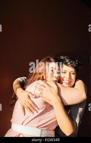 Zwei Freundinnen umarmen.