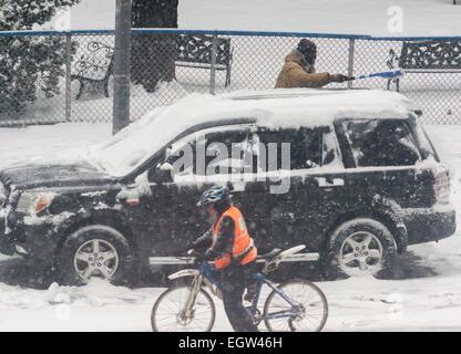 Ein weiteres Wochenende Sturm trifft auf Sonntag, 1. März 2015 fallen fünf Zoll Schnee im Central Park New York. - Stockfoto