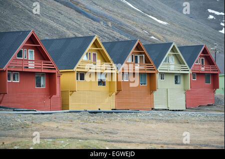 Eine Reihe von bunten hölzernen norwegische Häuser in der Stadt Longyearbyen auf Spitzbergen, Svalbard - Stockfoto