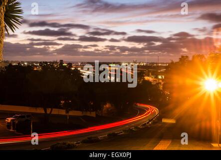 Blick westlich von Straßen und Autobahnen in der Nacht in San Diego, Kalifornien, USA. - Stockfoto
