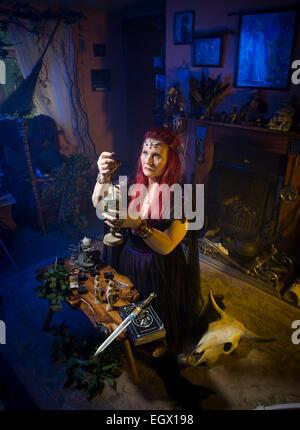 Eine weiße Hexe macht einen Zauber mit einem Kessel Stockfoto, Bild ...