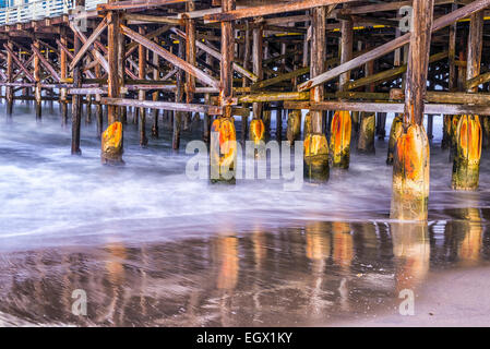 Wellen und um Pier Pfähle. Crystal Pier, San Diego, California, Vereinigte Staaten von Amerika. - Stockfoto