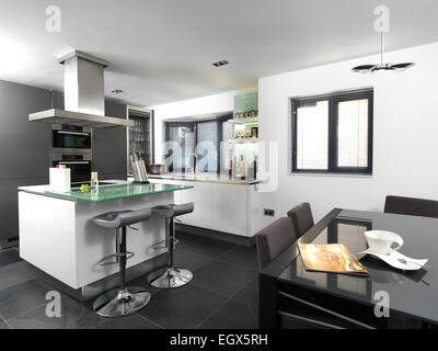 Moderne offene Küche zentrale Insel Einheit Frühstück bar in Herd ...